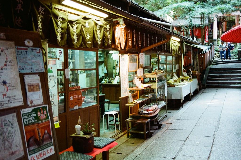 伏見稻荷 京都 Kyoto, Japan / Kodak ColorPlus / Nikon FM2 停了好段時間沒有把這段旅行的影像整理出來,時間也走的比我分享的還快。  繼續爬稻荷山,路上已經都沒有什麼人繼續爬了,那時候應該快到山頂,我一路上想說爬過了山頂應該可以實現什麼吧!  不過到後來想想,就只是單純的運動這樣。  Nikon FM2 Nikon AI AF Nikkor 35mm F/2D Kodak ColorPlus ISO200 0993-0029 2015/09/29 Photo by Toomore