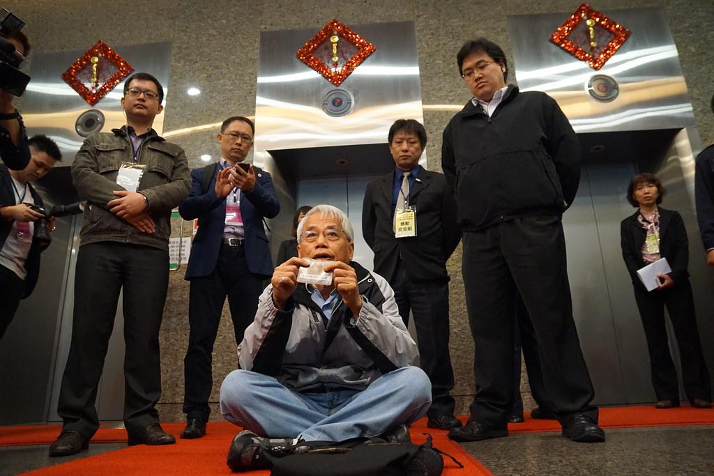 有抗議民眾一度換得出入證件卻仍遭警方阻擋,在大樓內席地抗議。(攝影:王顥中)