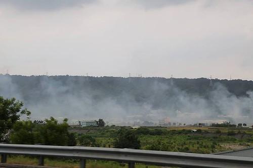 高速公路旁燒稻草的煙。圖片來源:台灣護樹團體聯盟