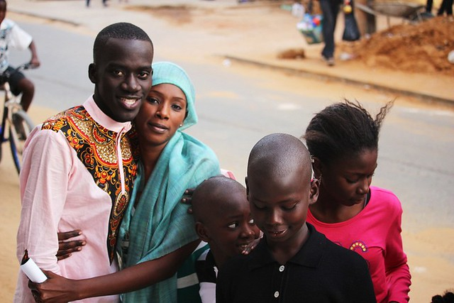 Bambaly avec sa tante Khar et ses cousins-BorderMaker