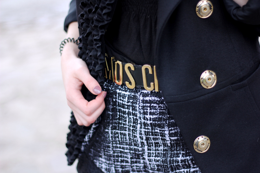 outfit-moschino-belt-blogger-blazer-letters-button-nails-blogger