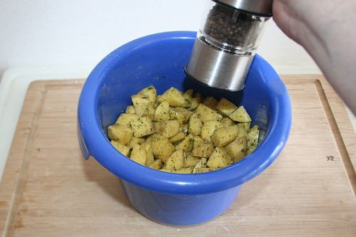49 - Kartoffelwürfel mit Pfeffer & Salz abschmecken / Taste potato dices with salt & pepper