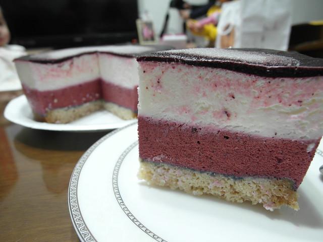 藍莓慕斯,白色的部分是檸檬糖霜,還有我好久沒有看過長這麼高這麼厚的六吋蛋糕了!@三丁目洋果子