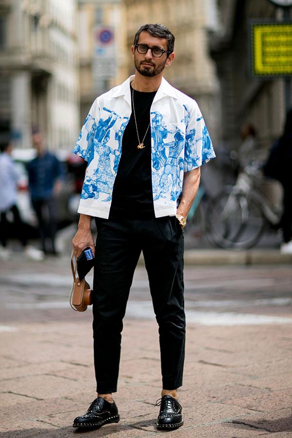 白半袖開衿柄シャツ×黒無地Tシャツ×黒テーパードパンツ×リベット黒オックスフォードシューズ