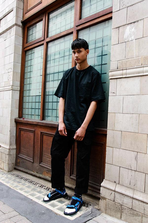黒無地ポケットTシャツ×黒パンツ×TEVAサンダル