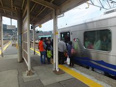開業日には各駅で様々な催しが行われ、その効果か乗客が殺到し、すし詰め状態に。
