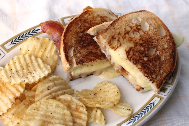 apple-bacon-brie-grilled-cheese