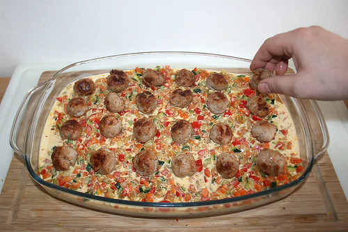 48 - Bratwurstbällchen verteilen / Add bratwurst balls