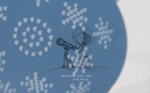 """VCSE - Bíró Zsófia rajza egy tésztaszűrővel készült """"camera obscura""""-jellegű felvételre ráhelyezve."""