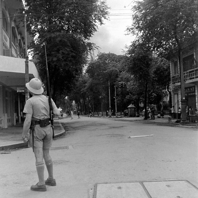 SAIGON Oct 1945 - Đầu đường Phó Đức Chính, phía trước chợ Saigon - Photo by John Florea