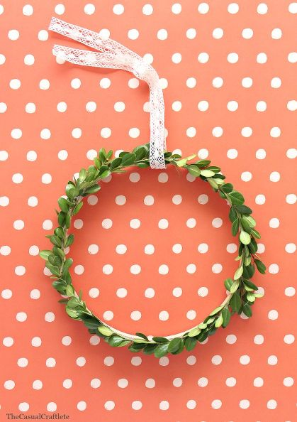 simple-boxwood-wreath-using-an-embroidery-hoop-crafts-wreaths