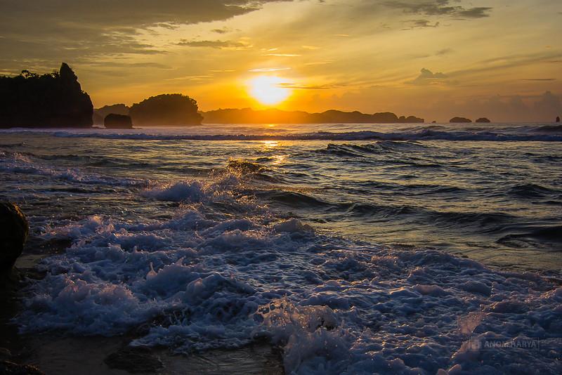 Matahari terbit di Pantai Goa Cina (Malang)