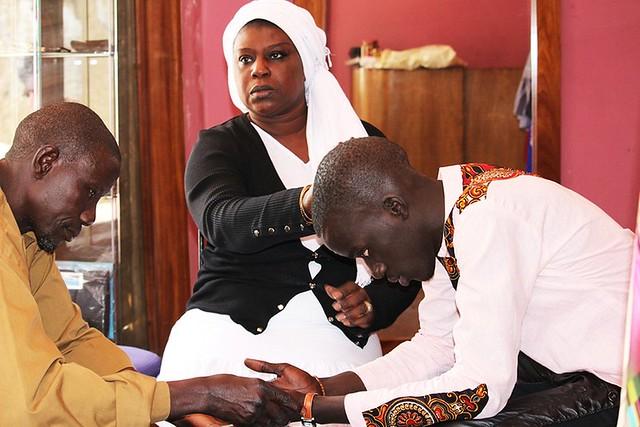 Bambaly recevant les prières de sa tante Bébé-BorderMaker