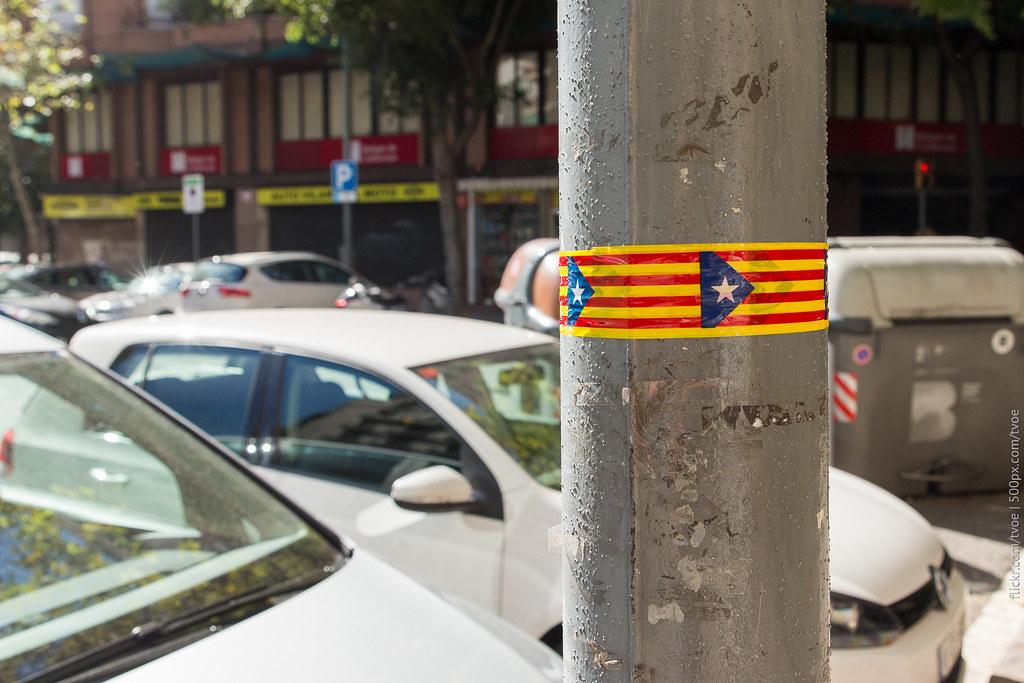 Скотч в виде флага Каталонии на фонарном столбе