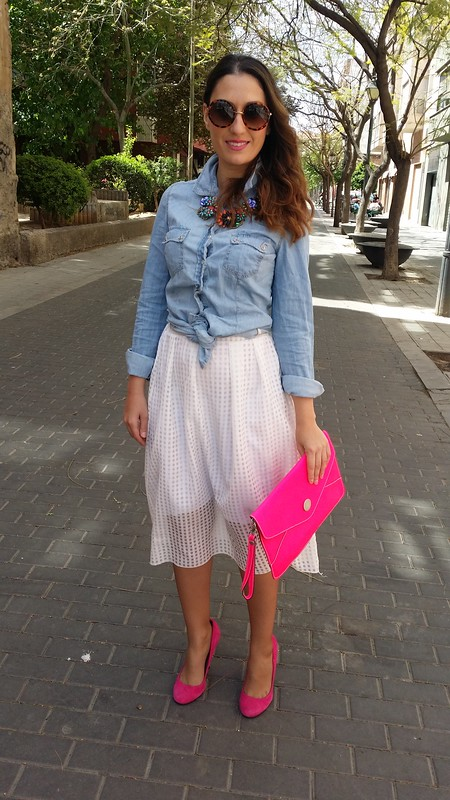 camisa denim anudada, falda blanca cuadros transparencias, rosa fucsia, zapatos tacón, clutch, Gafas 60, collar joya, denim shirt tied, white skirt check transparencies, fuchsia, high heels, clutch, 60's sunnies, jewel necklace, Stradivarius, Aliexpress, Zara, Beloved