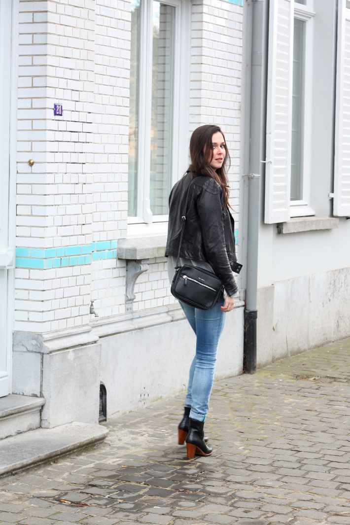 outfit: leather jacket, mango cross body bag, replay skinny jeans
