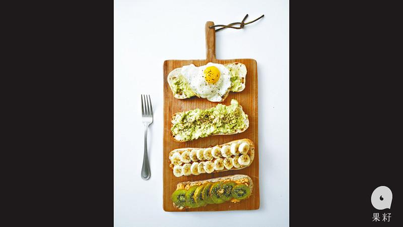 是日Lauren為我料理一頓豐富的「零垃圾早餐」,從購買到煮食的過程中全無浪費。家裏所用的工具都是以金屬、竹、木、天然毛髮、再造的環保物料製造。Lauren:「家裏原本有一個膠製的磨皮器,就沒有買新的。」家裏充滿大大小小的玻璃器皿,讓食材的色調作家居的點綴。圖片來源:果籽