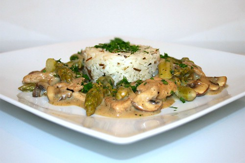 41 - Turkey ragout with green asparagus & mushrooms - Side view / Putenragout mit grünem Spargel & Champignons - Seitenansicht