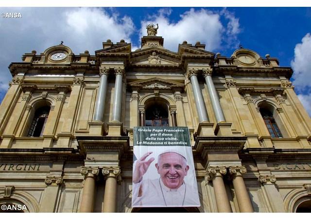 Đức Thánh Cha Cử Hành Thánh Lễ Cho 60 Ngàn Tín Hữu Napoli