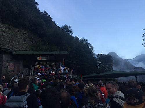 Machu Picchu: file devant l'entrée du Machu Picchu pour le contrôle des tickets :(