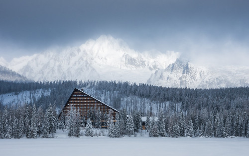 trip travel trees lake snow mountains building nature clouds forest trekking dark landscape photography frozen europe pentax windy hike adventure slovakia snowfall tatry k5 hightatras pleso tatrywysokie štrbsképleso štrbskémountainlake pentaxk5ii pietkagab hotelfis