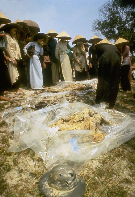 Mass Graves in Hue, Vietnam  Apr 1969 - by Larry Burrows (4)