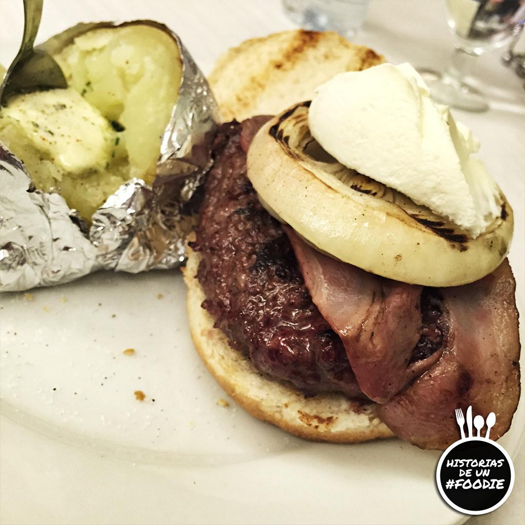 Burger con queso Philadelphia, cebolla a la parilla y bacon