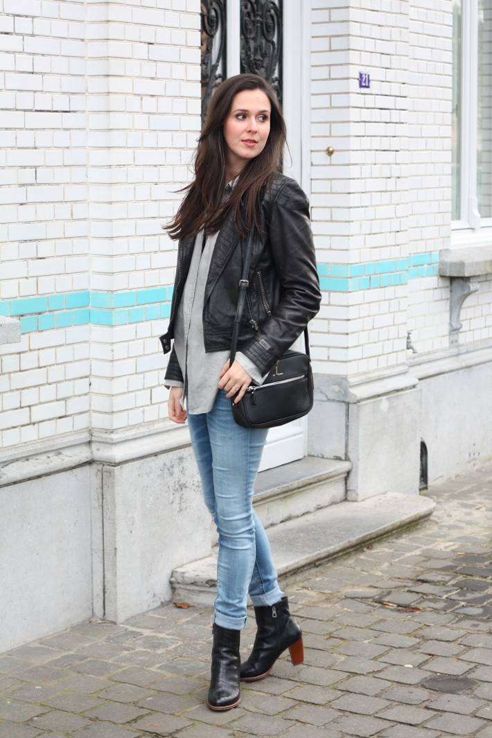 outfit: leather jacket, silk blouse, replay skinny jeans