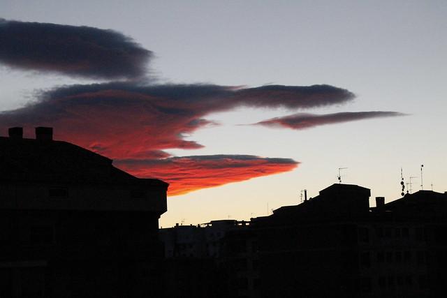 cielo rojo con nubes