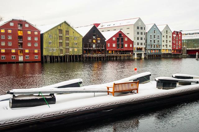 Casas y muelles en el río