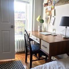Our home office (and teeny guest room). @westelm desk #targetthreshold #target rug and lamp #design #home #brooklynhome #interiordesign #homeoffice #desk #tinyspaces #inspiration #guestroom #cleanspace #walnutwood #fleamarket chair