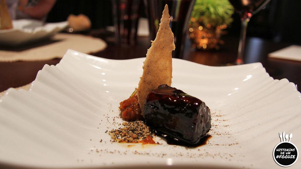 Parpanta de atún de almandraba asada con leña de cepas centenarias, con guiso de tamarillo y pepitas de fruta de la pasión con crujiente de aceitunas maceradas