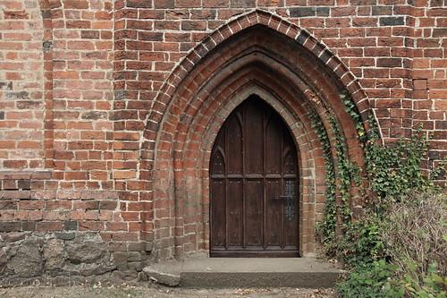 Eine Nebentür der Kirche