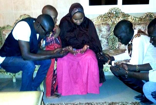 Bambaly qui prend les prières de la Maman Kiné la mère de Wally-BorderMaker