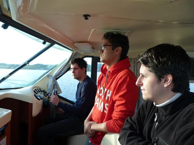 Pablo, Juampe y Manu en el barco-casa de Amieira Marina (Lago Alqueva, Portugal)