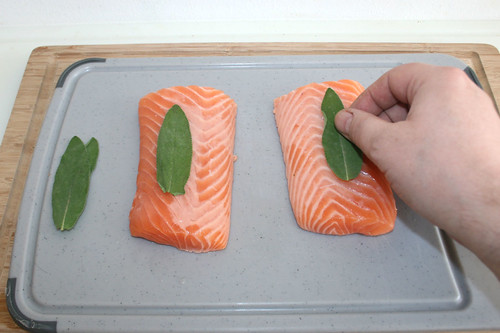 24 - Salbei auf und unter Lachs legen / Put sage under and on top of salmon