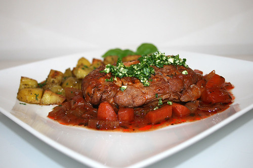 61 - Osso buco with roast potatoes - Side view / Osso Buco mit Röstkartoffeln - Seitenansicht