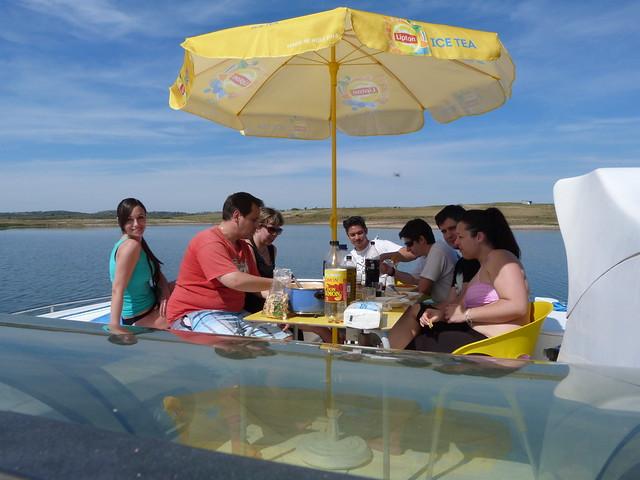 Comiendo en el barco-casa con que recorrimos el Lago Alqueva en Portugal