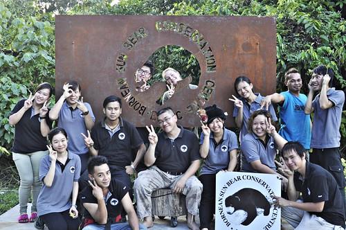 馬來熊保育中心志工合照。照片由Bornean Sun Bear Conservation Centre (BSBCC) 提供