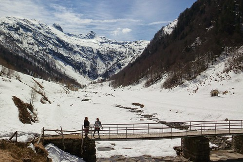 Sul ponte in Val Loana con la #neve by Ylbert Durishti