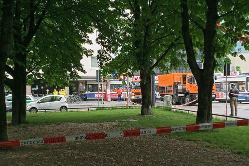 Unfall in der Barer Straße: Die Trambahn kollidierte mit einem Transporter, entgleiste und fuhr anschließend in ein Haus. (Bild: Johannes Schleicher)