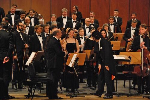 Il direttore Karen Durgaryan, Trieste 21 marzo 2015 a Trieste e il primo violino Stefano Furini (a sinistra).