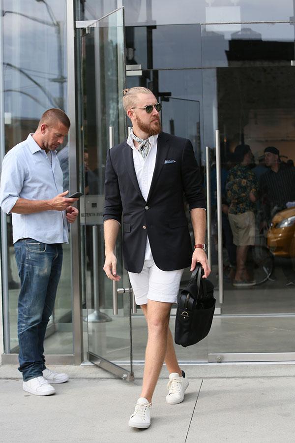黒テーラードジャケット×白シャツ×白ショートパンツ×白ローカットスニーカー
