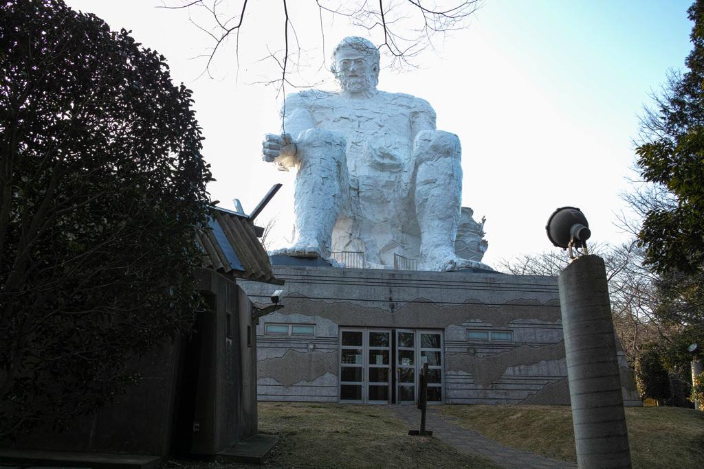 ダイダラボウ像を正面から見る