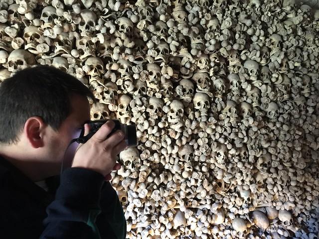Sele haciendo fotografías en el osario de Wamba (Valladolid)