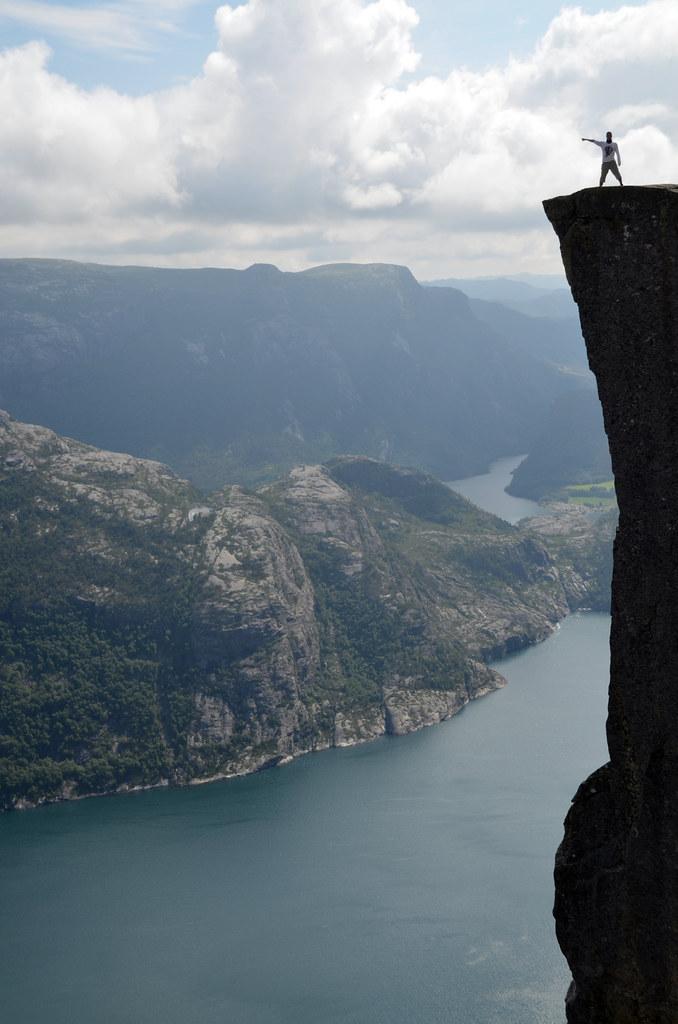 Señalando como Cristobal Colón en lo alto del Pulpito con el fiordo Lysefjord abajo a la izquierda