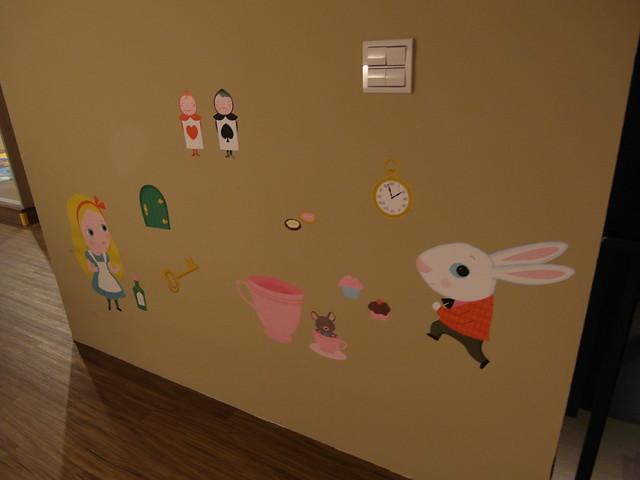 非常有童趣的愛麗絲夢遊仙境壁貼@樂樂小時光有機食材餐廳(附有親子遊戲區)