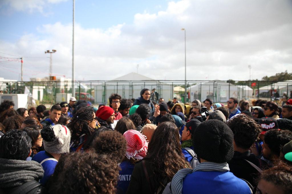 志工在法學院外集結,志工領袖柴瑪‧班‧哈米達宣佈行動策略。(攝影:陳逸婷)