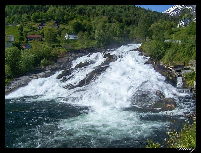 Fiordos noruegos Storfjord Geiranger Hellesylt Briksdal Loen - Cascada de Hellesylt
