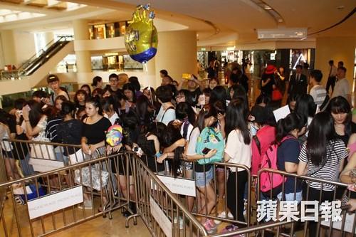 G-Dragon_HarveyNichols-COLOMBO_VIA_DELLA_SPIGA-HongKong-20140806 (3)